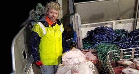 FERSK KVEITE: Fiskerne Tom Vegar Kiil (bildet) og Jonny Martinsen ga sykehjemsbeboerne på Storslett og Skjervøy fersk kveite i julegave.