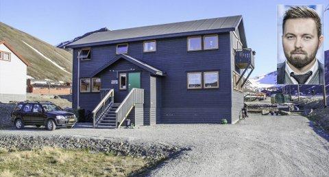 NÆRINGSEIENDOM: Dette bygget gikk for tre millioner over takst i Longyearbyen forteller Einar Nyland-Storhaug (innfelt)