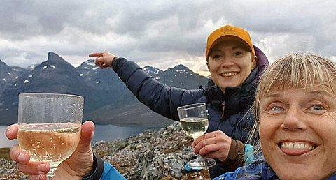 TURGLEDE: Caroline Haug (t.v) og Monica Bryn (t.h) vil at flest mulig bruker sommernettene på fjelltopper i sommer. DNT Fjellsport Troms arrangerer konkurranser for å motivere til friluftssommer.