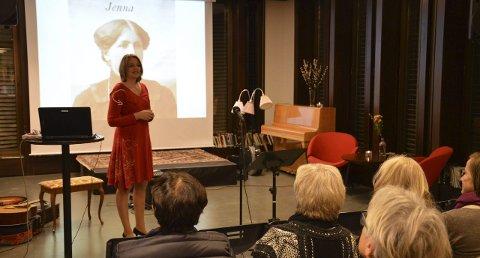 SNAKKET OM FARMOR: Lise Galaasen har skrevet bok om farmorens liv i Trysil for drøye hundre år tilbake. Foto: Morten Høitomt