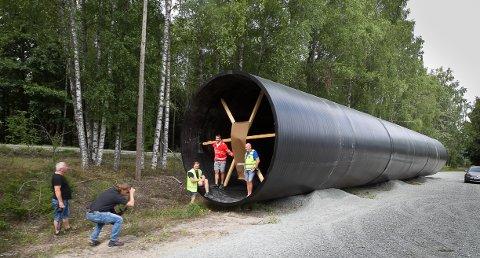 FOREVIGES: Europas største rør med Fredrik Nyland, Anders Ellevold Seielstad og Terje Ottesen inni, må fotograferes før det legges under E18.