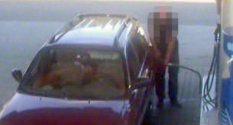 """STJELER BENSIN: En 29-åring fylte bensin en rekke ganger uten å betale i fjor. Dette bildet er fra et annet tilfelle av """"pumpestikk"""" og mannen på bildet er ikke 29-åringen."""