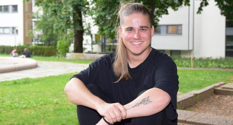 TRYGG: Helge Langerud Heikkilä (26) fra Elverum brukte mange år på å stå fram med sin historie. Men han har fått kun positiv respons etterpå. – Jeg måtte si noe. For ti år siden var det jo jeg som lette forgjeves etter homofile rollemodeller rundt meg.