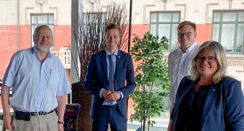 INGEN RESPONS: Stein Tronsmoen (Sp), til venstre, fylkesordfører Even Aleksander Hagen (H) og Kari-Anne Jønnes (H) etterlyste svar fra samferdselsminister Knut Arild Hareide (KrF) om bompengetaket på riksveg 3/25, men fikk ingen respons.