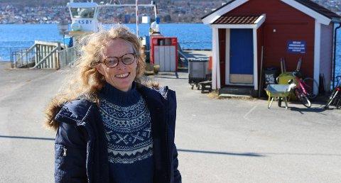 SPØR: Unni Solheim har mange spørsmål om fergekai  på Sandøya.