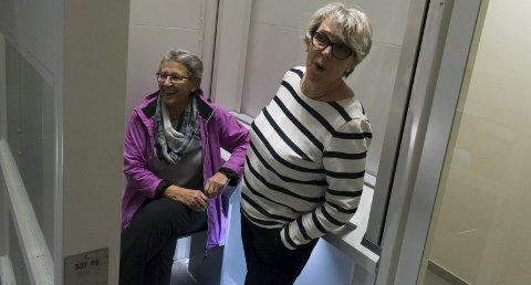 FORNYØDE: Rita Svingen og Gretha Rosenvinge Johnsen tar gjerne trappene, men syns det er behagelig med heis når de har handlet.