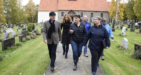 Befaring ved Hole kirke: Kirkeverge Steinar Hopland, prost Kristin Moen Saxegaard, leder i Hole Høyre, Kristin Remme, Jørn Øverby (Frp), Hege Fossum (KrF) og kirkegårdsarbeider Berit Gaardhammer.