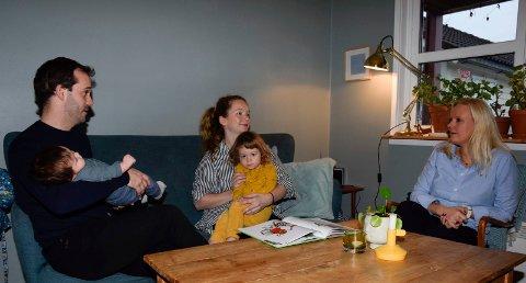 HJEMMEBESØK: Endre Solhjem Knutsen (32) og Ingjerd Tufto (31) med barna Audun (2 mnd.) og Åsa (2) fikk besøk av helsesykepleier Heidi Øyen Sebu. Hun stilte flere viktige spørsmål.