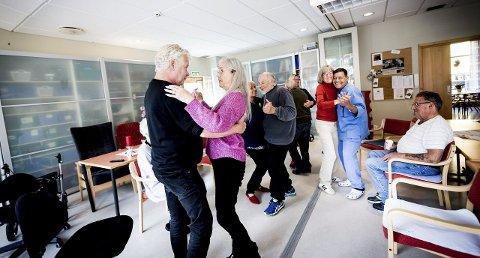 DANS PÅ ROSER: Torunn Høen bød opp til dans med ordfører Øivind Sand i Romerikes beste eldrekommune. Høen er innom dagsenteret et par dager i uka og trives. FOTO: LISBETH ANDRESEN