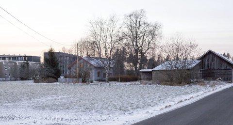 BYGGES UT: Dette småbruket med en tomt på 57 mål på Jessheim kostet 20 millioner kroner og skal nå bygges ut. Til venstre i bildet er de nye boligene i Myrsletta som er under bygging. FOTO: Aleksander Hømanberg