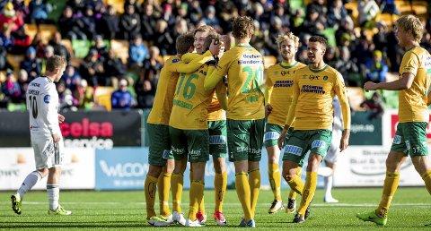 NEST BEST: Kisa-laget jubler etter at Kristoffer Ødemarksbakken (nr. 16) har satt inn 2-1. I høst har bare Bodø/Glimt vært bedre enn Ull/Kisa. BEGGE FOTO: TOM GUSTAVSEN