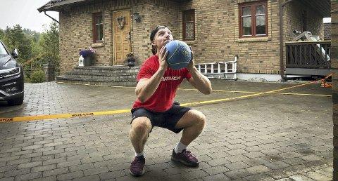 TRENINGSVILLIG: Jonas Buer (17) har trent to ganger om dagen i hele sommer. Garasjen er gjort om til treningsrom. Begge foto: Veronika Sletta