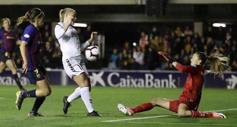 Måtte kapitulere: Keeper Cecilie Fiskerstrand, Sarah Suphellen og resten av LSK Kvinner-laget kom til kort mot Barcelona. Foto: AP