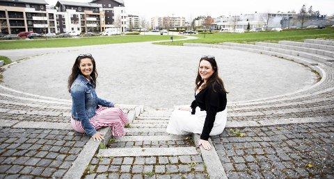 Spiller under åpen himmel: Sara Maria Helstad (t.h.) og Tonje Twin Hagen håper mange vil komme og oppleve «Emil i Lønneberget» i Romsaasparken den siste helgen i juni. FOTO: LISBETH LUND ANDRESEN