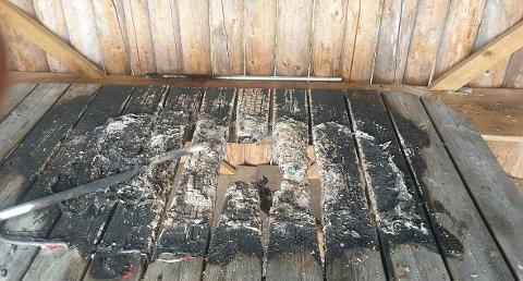 PÅTENT: Her er bordet i gapahuken som ble forsøkt påtent tidligere denne uken. Forholdet er anmeldt.