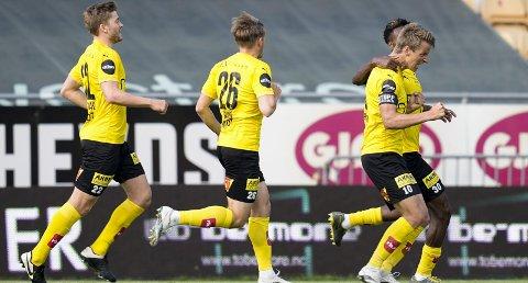 Enorm kamp: Thomas Lehne Olsen har ikke scoret to mål siden 3-0-seieren mot Vålerenga i 2019. Spørsmålet er om han har levert en bedre kamp i LSK-drakta. Begge foto: NTB