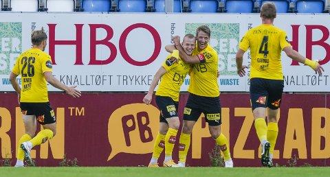 SVENSK DOBBEL: Daniel Gustafsson kunne endelig feirer sin andre scoring sammen med f.v.: Lars Ranger, Thomas Lehne Olsen og Espen Garnås. BEGGE FOTO: NTB