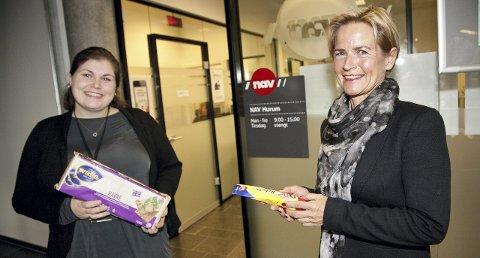 TILBUD: Charlotte Berge Wilson (t.v.) og Tove Irene Refsnes tilbyr knekkebrød og tubeost i påvente av at nødhjelpssøknaden blir behandlet.Foto: Henning A. Jønholdt