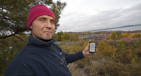 IKKE NOK: Frank Johannesson merker støyen fra flisproduksjonen på Tofte, og han mener Statkraft ikke gjør nok for å redusere bråket fra produksjonen.