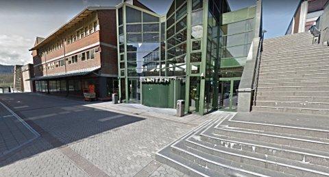 TYVERI: Mannen er blant annet tiltalt for tyveri fra en butikk på Trekanten i Asker. Flere av de andre hendelsene skjedde også i og rundt Asker sentrum.