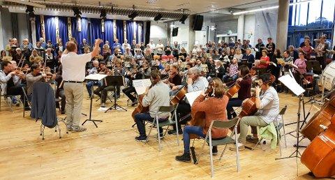 MUSIKALSK MASSEMØNSTRING: Vestfold Oratoriekor og Vestfold Symfoniorkester hadde første felles øvelse i forrige uke. Lørdag framfører de Giuseppe Verdis mektige «Requiem» under åpningen av MiSKs Kirkefestdager i Hjertnes kulturhus.