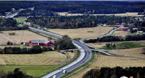 GÅRD OG GRAV: Hjelmungen gård ligger til venstre i bildet. Til høyre for brua ligger Jellhaugen - en gravhaug karbondatert til mellom 429-598 år e.Kr.