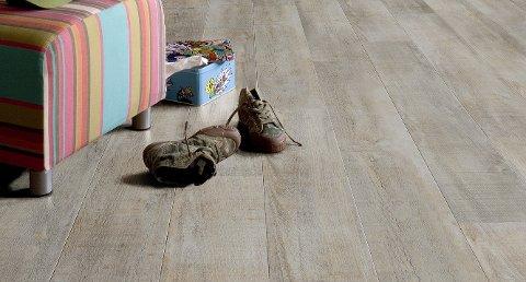 Klikk-vinyl av typen Rigid Core-LVT er et hardt og kompakt gulv som ligger stabilt på gulvet. Det kan legges direkte på betong uten bruk av separat fuktsperre.