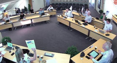 AVSTEMMING: Det var delte meninger i formannskapet om å dekke overskridelser til infrastrukturtiltak på den nye kirka som er under bygging på Tau. Foto: Skjermdump fra Kommune-TV