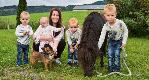 June-Marie Svendsen-Ruud fra Siljan er 23 år og firebarnsmamma. (Foto: Morten Eik/Se og Hør)