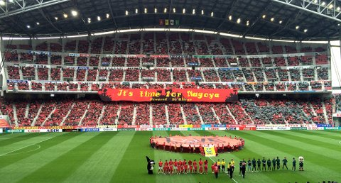 FULLSATT: Nagoyas hjemmebane, Toyota stadion, var fullsatt med vel 40 000 tilskuere da Frode Johnsen og de gamle heltene viste seg fram før a-laget skulle i aksjon.