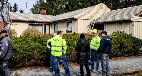 AKSJON: Arbeidstilsynet Sør Norge og Fellesforbundet Telemark aksjonerte igår mot firmaet Byggmester Levi Andreas Fredriksen som skiftet taket på en enebolig ved Flåtten i Porsgrunn. FOTO: DAG TINHOLT