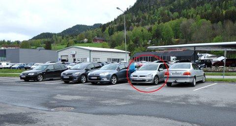 På parkeringsplassen utenfor Statens Vegvesen på Notodden har også biler til de useriøse kjøreskolene (rød ring) stilt seg opp. Foto: Carolyn Selliken.
