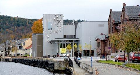 SKJENKET ULOVLIG: PD meldte i april i år at Ælvespeilet kulturhus i Porsgrunn skjenket ulovlig i åtte måneder i fjor.