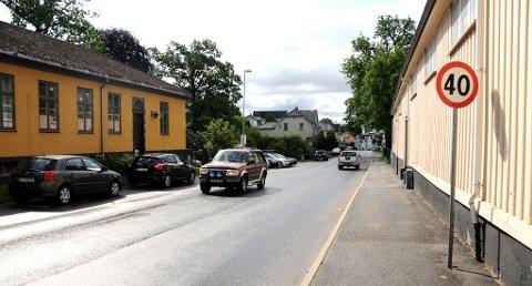 GIKK FORT: Det var et høyt tempo da to politibiler jaktet på en ruset MC-fører fra Semsmyra, gjennom Øvregate, og endte ved Blåbærlia. Der kom MC-føreren seg unna.