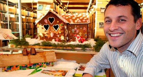 JUBILEUM: For tiende gang går daglig leder hos Krogsveen Bamble, Henrik Tangen, inn i rollen som pepperkakehus-megler. De ni første årene har han solgt pepperkakehus for til sammen en halv million kroner.