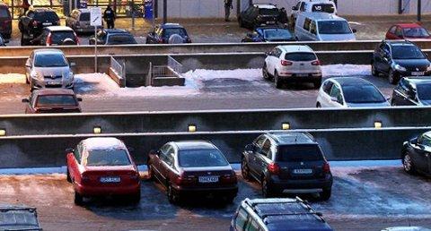 RYGG: Mange skader  skjer under parkering, og Black Friday er en av årets verste dager. -Stress ned og rygg inn, sier forsikringsselskapene.