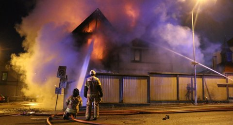 HUSBRANN: To kvinner og en mann hoppet ut av et vindu og forsvant i en bil, da det brøt ut brann i dette huset i Porsgrunn. Brannen førte politiet på sporet av et prostitusjonsmiljø, som det deretter ble satt spaning på.