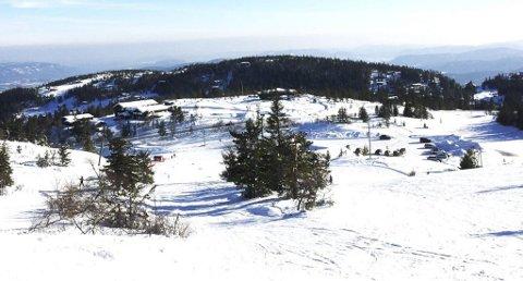 HØGEFJELL: Sett fra Vinterlandheisen. Den hvite flaten du ser til høyre på Høgefjell er der hytteområdet kommer, og så strekker det seg mot venstre til toppen av fjellet. Det er fri utsikt 360 grader med Lifjellene i ryggen mot nord. (Foto: Privat)