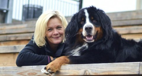 RØRT: – Jeg mente det var viktig å få svar i hundetragedien på Grotbekk, stilte meg som garantist og ble møtt av et sterkt engasjement som samlet inn 15 000 til obduksjon av hundene. Det ble felt noen tårer av slikt engasjement, sier Linda M. Brenne.
