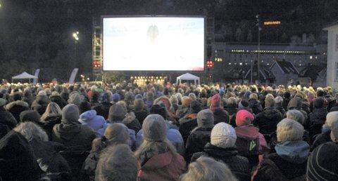 FULLT: 1000 mennesker samlet seg på Torget for å se Snømannen onsdag kveld. Foto: Ole Jon Hostvedt