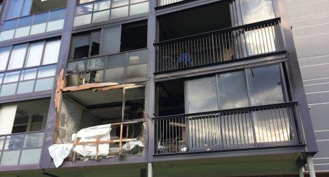 LEILIGHETEN: Politiets krimteknikere jobbet mandag fortsatt med undersøkelsene i den utbrente leiligheten i Gamlegrensa 6 i Skien.