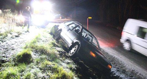 Foto: Mannskaper på stedet jobber med å få bilen på hjula igjen. Theo Aasland Valen