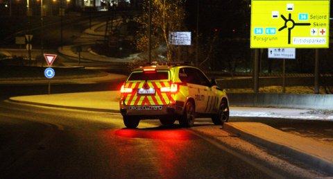 Politiet gjorde søk i området etter ranet i natt. Foto: Theo Aasland Valen