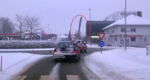 STIGE: Føreren av personbilen fraktet en stige ut av vinduet på passasjersiden. Foto: Stein Fossgård