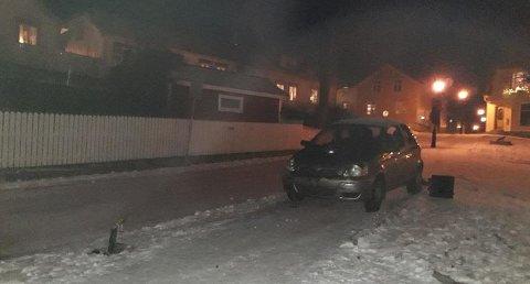Bilen ble stående fast oppå lyktestolpen. Foto TA-tipser