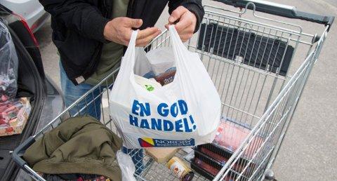 BILLIG: Handleposer lastes fra handlevognen og inn i bilen på Nordby Shoppingcenter like utenfor Svinesund. Foto: Audun Braastad / NTB scanpix