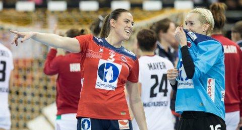 Emilie Hegh Arntzen og Katrine Lunde under kampen  mellom Norge og Ungarn i EgeTrans Arena lørdag. Foto: Vidar Ruud / NTB scanpix