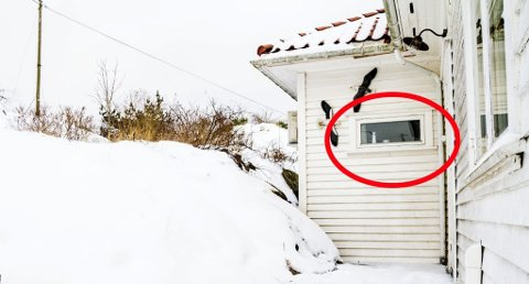 Gjennom vinduet: I garasjen lå det en skuff med klær som kvinnen hadde tømt ut. Skuffen brukte hun til å sette på høykant for å komme seg inn vinduet på badet. (Foto: Juni Wendelin Fasting)