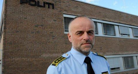 OPPFORDRING: Politiadvokat Jon Borgen i Sør-Øst politidistrikt minner sigarettrøykere om at de må være svært forsiktige når de skal stumpe sigaretten, på grunn av den ekstreme tørken i skog og utmark.