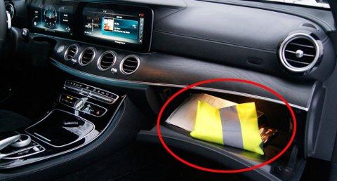 Alle biler skal være utstyrt med en refleksvest, det er også et krav at den skal værer enkelt tilgjengelig fra førersetet.